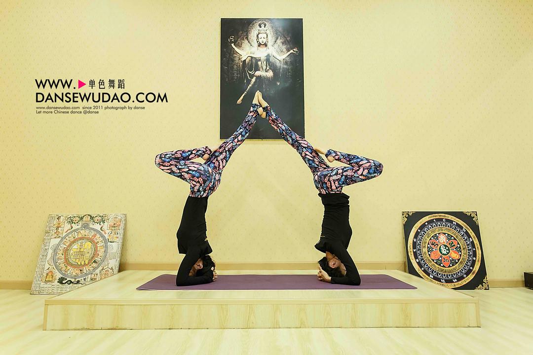 瑜伽主要以舒展放松的提示为主,如拜日式,三角伸展式,风吹树式,鸽子式图片
