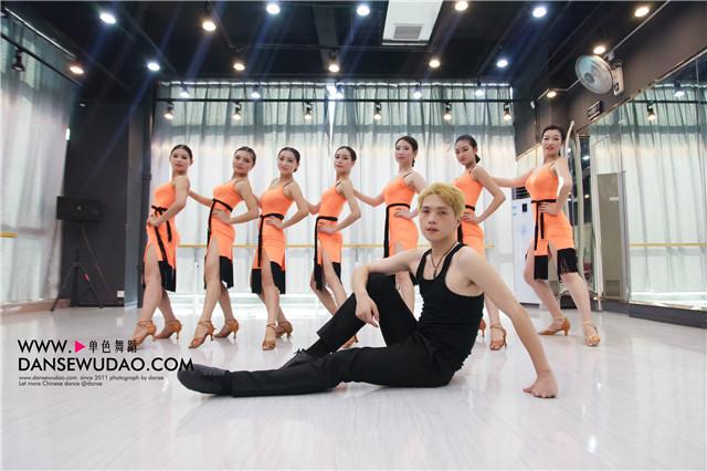 跳拉丁舞瘦身教学步骤 郑州舞蹈培训