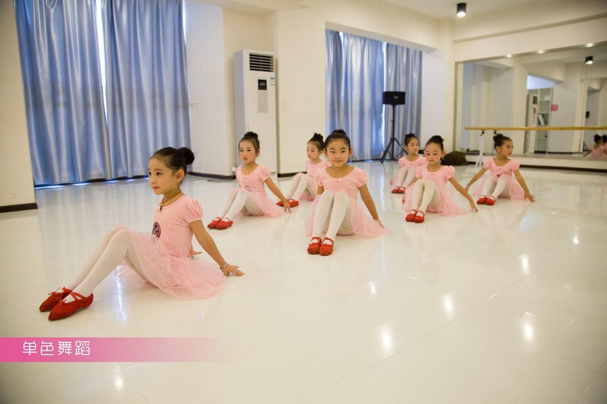 答:首先有两个概念,一个什么是幼儿舞蹈?一个什么是基本功?我们往往认为基本功就是下腰劈叉做技巧,现在在有些少年儿童的舞蹈作品中,往往是技巧接技巧,翻过来翻过去,不去注重舞蹈作品的内容。幼儿舞蹈应该注意作品的儿童化,作品的内涵。用儿童的、生动的、活泼的舞蹈动作来反映幼儿舞蹈作品,不要更多地强调不适合幼儿发育的技巧动作。只有把这两个概念弄清楚了,可能对幼儿舞蹈会有好处。但是,是不是幼儿舞蹈就没有训练了?